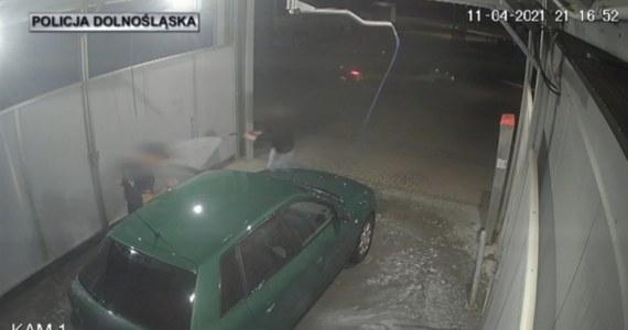 """Mężczyzna – wykorzystując chwilową nieuwagę klientki myjni samochodowej – chciał ukraść myty pojazd. Zakradł się, próbując wsiąść za kierownicę i odjechać. Kobieta w porę się zorientowała – na nagraniach z monitoringu widać, jak """"zaatakowała"""" niedoszłego złodzieja strumieniem wody."""