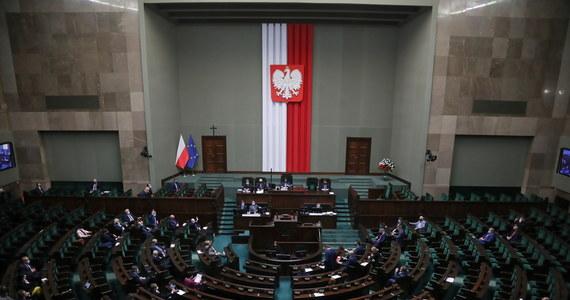 Sejm podczas czwartkowego głosowania wybrał na stanowisko Rzecznika Praw Obywatelskich posła Bartłomieja Wróblewskiego - kandydata, który był wspierany przez polityków Prawa i Sprawiedliwości. Wybór ten musi jeszcze zaakceptować Senat.