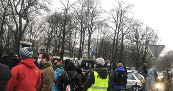 """""""Im więcej nam zabieracie, tym mniej mamy do stracenia"""", """"Uwaga! Tu obywatele"""" - m.in. takie hasła można było usłyszeć z ust protestujących przed gmachem Sejmu w Warszawie. Zorganizowano tam przeciwko publikacji dzisiejszego wyroku Trybunału Konstytucyjnego w sprawie Rzecznika Praw Obywatelskich."""