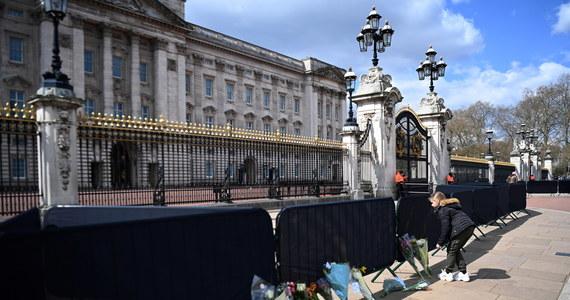 Królowa Elżbieta II będzie w trakcie uroczystości pogrzebowych swojego męża, księcia Filipa, siedziała sama, obok trumny będzie szło czworo ich dzieci, zaś książęta William i Harry będą szli, oddzielnie, za trumną - poinformował w czwartek Pałac Buckingham.