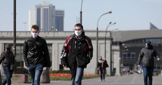 Pójdziemy w tę stronę przy mniejszej liczbie zachorowań – tak odpowiedział internautce minister zdrowia Adam Niedzielski, pytany na Twitterze to, czy możliwe jest uchylenie nakazu noszenia maseczek na zewnątrz latem.