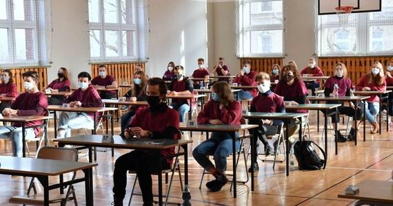 Mamy nadzieję na powrót do szkół dzieci klas I-III 26 kwietnia - powiedział w TVN24 minister edukacji i nauki Przemysław Czarnek. Dodał, że wszystko uzależnione jest od sytuacji epidemicznej. Nie wykluczył też, że maturzyści będą testowani na obecność koronawirusa.
