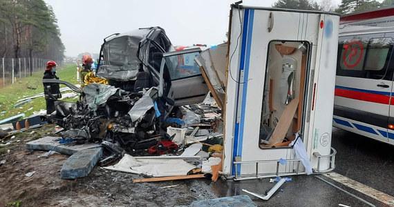 Malutkie dziecko i jego matka to ofiary wypadku na trasie S1 między węzłami Lotnisko i Mierzęcice w woj. śląskim. Zderzyło się tam pięć aut. Pięć osób zostało rannych.