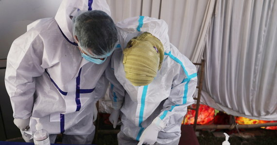 W Wielkiej Brytanii zdiagnozowano już prawie 80 przypadków niebezpiecznej odmiany koronawirusa po raz pierwszy wykrytego w Indiach. Tamtejsze służby starają się dotrzeć do ludzi, z którymi zakażone osoby miały kontakt.