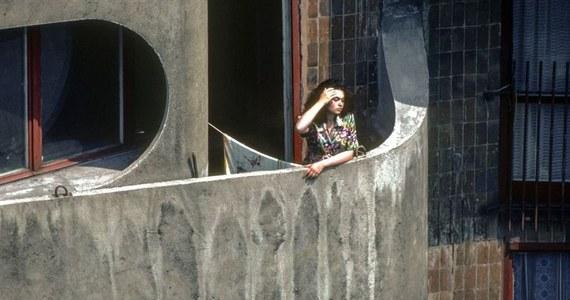Jest odzew na prośbę Muzeum Architektury we Wrocławiu. Zgłaszają się tam pierwsze osoby chcące pomóc w odpowiedzi na pytanie: kim jest kobieta ze słynnego zdjęcia Chrisa Niedenthala. Jeden z najbardziej cenionych na świecie fotoreporterów zrobił je w 1982 roku na wrocławskim osiedlu zwanym Manhattanem.