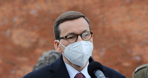 """""""Na ten moment do 17 maja planujemy z każdym dniem włączać do programu szczepień jeden rocznik"""" - powiedział w piątek w Gdańsku premier Mateusz Morawiecki. Dodał, że jeśli zwiększą się dostawy szczepionek do Polski, to możliwy jest scenariusz """"wzmocnienia"""" tempa szczepień."""