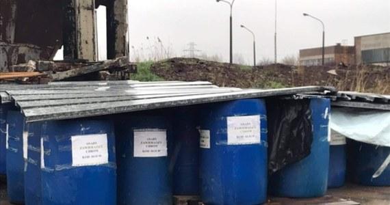 Na terenie Krakowskich Zakładów Garbarskich przy ul. Tadeusza Śliwiaka przechowywane są w niewłaściwy sposób odpady zawierające chrom - alarmują mieszkańcy i przesyłają zdjęcia. Widać na nich niezabezpieczone beczki, a w pobliżu niebieskie kałuże. Sprawa została zgłoszona policji i WIOŚ.