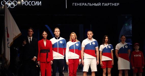 """Oficjalnie Rosja nie może uczestniczyć w igrzyskach olimpijskich w Tokio. Ale na imprezie pojawią się zawodnicy Rosyjskiego Komitetu Olimpijskiego. Organizacja zaprezentowała już nawet stroje, jakie będą nosili jej sportowcy. Pokaz wywołał jednak burzę w środowisku międzynarodowym. """"Rosyjski strój olimpijski wygląda jak gigantyczna rosyjska flaga"""" - ocenił w mediach społecznościowych jeden z dziennikarzy."""