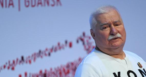 """Lech Wałęsa szuka pracy i w tym celu zamieścił swoje ogłoszenie na flexi.pl. Portal jest przeznaczony dla osób powyżej 50. roku życia, które szukają pracy - podaje portal PolsatNews.pl. """"Chcę się dzielić swoją wiedzą i doświadczeniem"""" - pisze w ogłoszeniu były prezydent i reklamuje się jako """"doświadczony przywódca i świetny mówca"""". Podaje też swoje oczekiwania finansowe."""