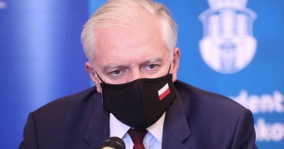 Rada Ministrów przyjęła rozporządzenie o przedłużeniu Tarczy branżowej na marzec i kwiecień - przekazał w piątek na Twitterze wicepremier Jarosław Gowin. Dodał, że tarcza została rozszerzona na kolejne branże najbardziej cierpiące z powodu pandemii.