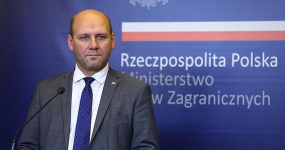 Oczekujemy ze spokojem na oficjalną informację dotyczącą zapowiadanej decyzji o wydaleniu polskich dyplomatów z Moskwy; jesteśmy przygotowani na kroki odwetowe Rosji i odniesiemy się do nich po uzyskaniu szczegółów - powiedział PAP wiceminister spraw zagranicznych Szymon Szynkowski vel Sęk.