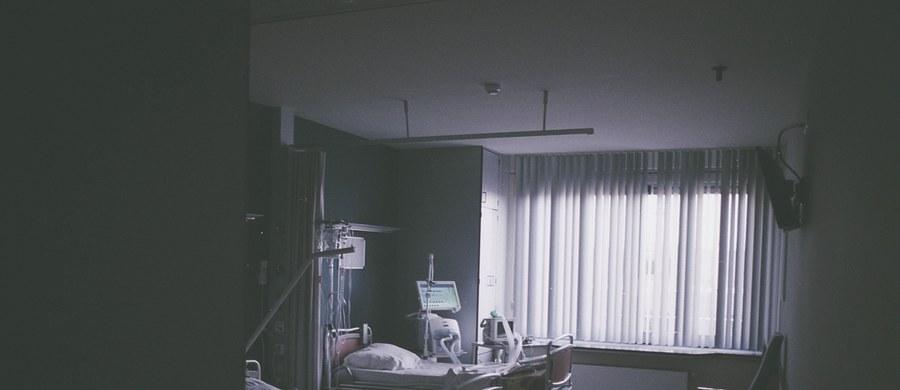 """To, czy wygraliśmy wojnę z koronawirusem, okaże się zapewne po zaszczepieniu wystarczającej części naszego społeczeństwa. Wirus nie jest żywym organizmem, dlatego tak trudno z nim walczyć. Pomoc pacjentom sprowadza się de facto do zwalczania powikłań choroby. """"W ekstremalnych warunkach bardzo trudno zrobić wszystko tak, jak należy"""" – przyznaje pulmonolog prof. Piotr Kuna. W rozmowie z Marcinem Czarnobilskim tłumaczy m.in. dlaczego błędem było wykorzystanie na tak masową skalę leczenia respiratorem."""