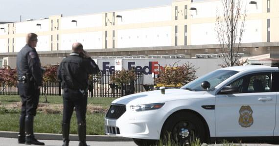 Sprawca strzelaniny w budynku FedEx w Indianapolis, to były pracownik tej placówki, 19-letni Brandon Scott Hole. W zdarzeniu zginęło co najmniej osiem osób, sam napastnik popełnił samobójstwo. Prezydent USA Joe Biden w związku ze strzelaniną zarządził w piątek opuszczenie flag do połowy masztu.
