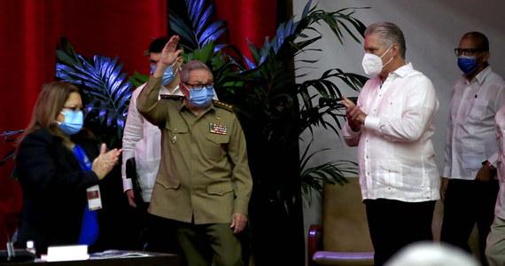 """Raul Castro przekazał w piątek, że rezygnuje z funkcji szefa Partii Komunistycznej Kuby. Jak powiedział, """"przekazuje przywództwo wszechpotężnej Kubańskiej Partii Komunistycznej młodszemu pokoleniu"""". W Hawanie trwa kongres Partii Komunistycznej, podczas którego 90-letni dyktator ma ogłosić nazwisko swojego następcy. Tym samym kończy erę formalnego przywództwa braci Castro, która rozpoczęła się wraz z rewolucją w 1959 r."""