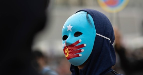W chińskim internecie są oferty najmu grup po 50-100 Ujgurów z Sinciangu do pracy w fabrykach w całym kraju; są poddawani ocenie politycznej i surowemu, quasi-wojskowemu rygorowi - ustaliła i podała brytyjska stacja Sky News.