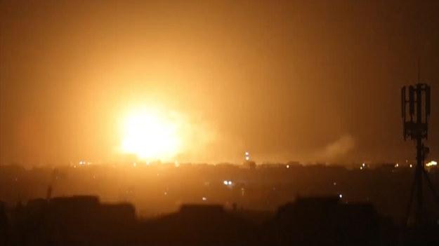 """Dwie ogromne eksplozje były widoczne w Rafah, na południu Strefy Gazy. Izraelskie wojsko poinformowało, że przeprowadziło naloty na """"cele terrorystyczne"""" w Strefie Gazy po ataku rakietowym z enklawy palestyńskiej."""