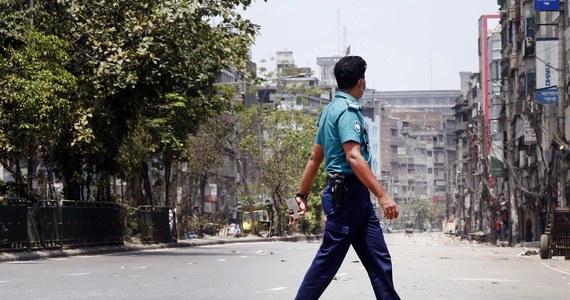 Co najmniej 4 osoby zginęły, a kilkanaście odniosło rany w sobotę, gdy policja w mieście Ćottogram otworzyła ogień do domagających się podwyżki robotników. W strajku wzięli udział pracownicy zatrudnieni na budowie elektrowni węglowej należącej do chińskiej firmy.