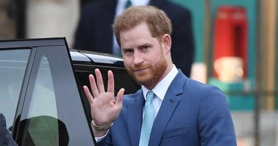 Kobieta z Indii nawiązała internetowy romans z oszustem, który podawał się za księcia Harry'ego. Choć nigdy się nie spotkali, to zaplanowali już ślub. Ponieważ do ceremonii nie doszło, kobieta chce teraz pozwać prawdziwego księcia Sussex.