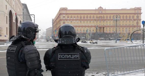 Rosyjskie Ministerstwo Spraw Zagranicznych zakomunikowało, że wydala z kraju Ołeksandra Sosoniuka, konsula z konsulatu generalnego Ukrainy w Petersburgu. Wcześniej urzędnika zatrzymała Federalna Służba Bezpieczeństwa Rosji. Służby zarzuciły mu próbę uzyskania poufnych informacji z baz danych organów porządku publicznego, w tym z samego FSB. Kilka godzin później oświadczenie w sprawie wydały władze Ukrainy, które zdecydowały się na wydalenie z kraju wysokiego rangą dyplomaty z ambasady Rosji w Kijowie.