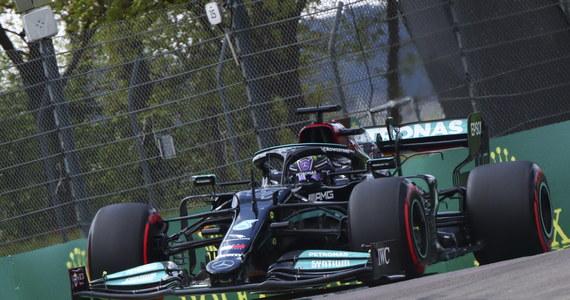 Broniący tytułu Brytyjczyk Lewis Hamilton (Mercedes) wywalczył 99. pole position w karierze i jako pierwszy wystartuje do niedzielnego wyścigu o Grand Prix Emilii-Romanii. To druga runda tegorocznych mistrzostw świata Formuły 1.
