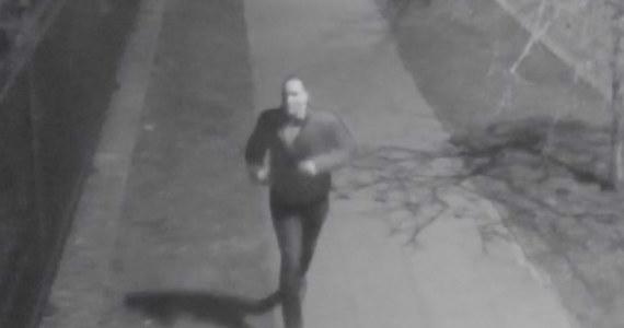 """""""Mokotowscy policjanci opublikowali wizerunek mężczyzny, który przed miesiącem kilkukrotnie ranił nożem kobietę"""" - przekazał Robert Koniuszy z mokotowskiej policji. Na stronach policji zamieszczono również trasę ucieczki napastnika."""