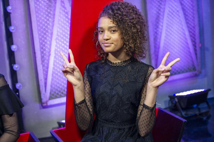 """Po prawie dwóch miesiącach zmagań dobiegła końca czwarta edycja muzycznego show """"The Voice Kids"""". Decyzją widzów tytuł """"Najlepszego Dziecięcego Głosu w Polsce"""" i nagrodę główną otrzymała 12-letnia Sara Egwu-James z drużyny Tomsona i Barona."""
