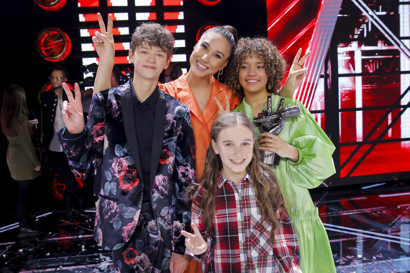 """Sara Egwu-James została zwyciężczynią czwartej edycji """"The Voice Kids"""". W finale podopieczna Tomsona i Barona głosami widzów pokonała Tatianę Kopalę i Olka Klembaskiego."""