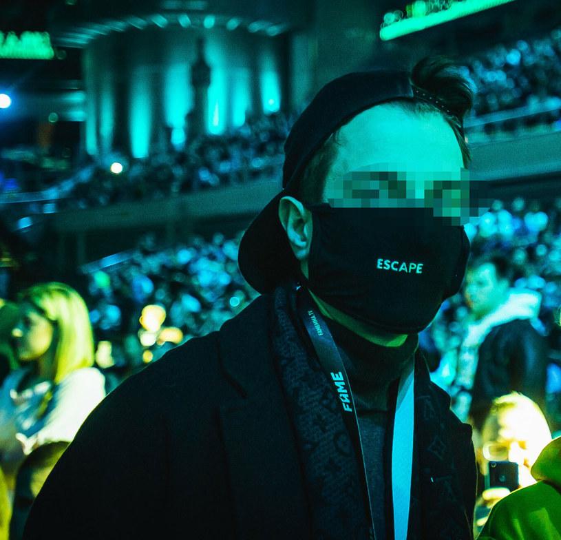 Sąd zdecydował o przedłużeniu aresztu dla Łukasza W. ps. Kamerzysta - ustalił Onet. Popularny youtuber i raper pozostanie za kratkami do 15 lipca. Prokuratura wciąż prowadzi śledztwo w jego sprawie.