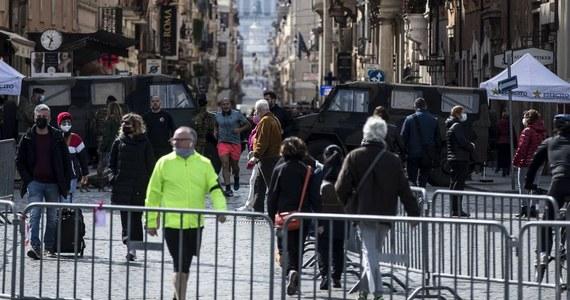 """Jest jeszcze za wcześnie na to, by znieść godzinę policyjną we Włoszech - uważa wiceminister zdrowia Pierpaolo Sileri. W wywiadzie dla dziennika """"La Stampa"""" w niedzielę ocenił, że wciąż wysoka liczba zgonów i zakażeń nie pozwala na złagodzenie restrykcji."""