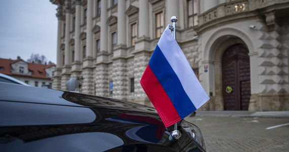 """Rosja wydali  20 czeskich dyplomatów. Mają opuścić granice kraju do jutra - podało w niedzielę rosyjskie MSZ. To odpowiedź na decyzję Czech o wydaleniu 18 rosyjskich dyplomatów. Wcześniej rosyjskie MSZ określiło sytuację, jako prowokację i decyzję Czech jako """"wrogi krok"""". """"Nie można nie dostrzec w tym również śladu amerykańskiego"""" – czytamy oświadczeniu."""