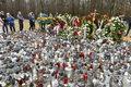Fani tłumnie odwiedzają grób Krzysztofa Krawczyka w podłódzkich Grotnikach