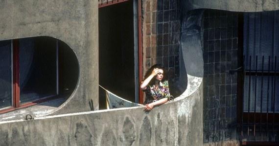 """Muzeum Architektury we Wrocławiu odnalazło bohaterkę słynnego zdjęcia Chrisa Niedenthala, które zostało zrobione na wrocławskim """"Manhattanie"""" w 1982 roku. Okazała się nią ówczesna maturzystka, która w tym czasie przygotowywała się do egzaminów wstępnych na Akademię Medyczną."""