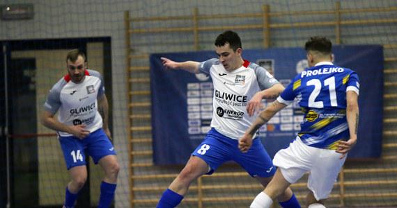 P.A. Nova Gliwice po bardzo wysokiej porażce 1:14 z Rekordem Bielsko-Biała ostatecznie pożegnała się ze STATSCORE Futsal Ekstraklasą. Bielszczanie z kolei wykonali kolejny duży krok ku obronie mistrzostwa.