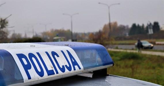 Po południu na drodze w powiecie wysokomazowieckim doszło do wypadku, w którym zginął motocyklista. Z miejsca zdarzenia zbiegł kierowca, który miał spowodować wypadek - poinformowała podlaska policja.