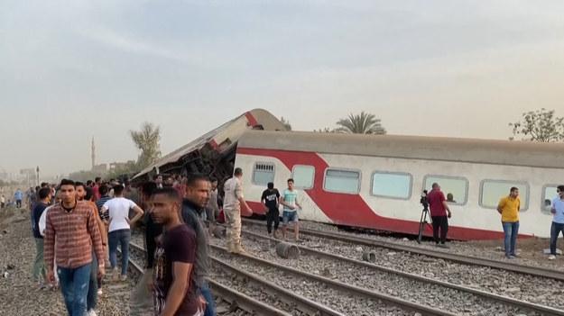 Egipcjanie gromadzą się wokół przewróconych wagonów pasażerskich na miejscu wypadku kolejowego w mieście Toukh w prowincji Qalyubiya w centralnej delcie Nilu w Egipcie. W wypadku pociągu 97 osób zostało rannych po tym, jak wypadł z torów jadąc na północ od stolicy Kairu.
