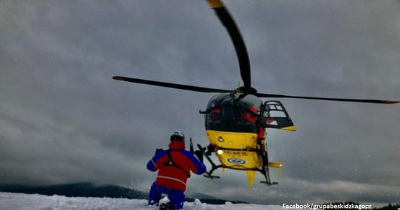 Groźnemu wypadkowi uległ narciarz skiturowy, który zjeżdżał w niedzielę z Hali Rysianki do Żabnicy. Mężczyzna uderzył klatką piersiową w wystający niewielki pień drzewa. Przetransportowano go do szpitala w Bielsku-Białej – podali w niedzielę beskidzcy goprowcy.