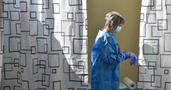 """""""Mimo malejącej liczby zakażeń koronawirusem daleko jest nam jeszcze do sukcesu"""" – mówi prezes Naczelnej Rady Lekarskiej (NRL) prof. Andrzej Matyja. W jego opinii ważniejszy od statystyk dziennych zakażeń jest wskaźnik replikacji koronawirusa."""