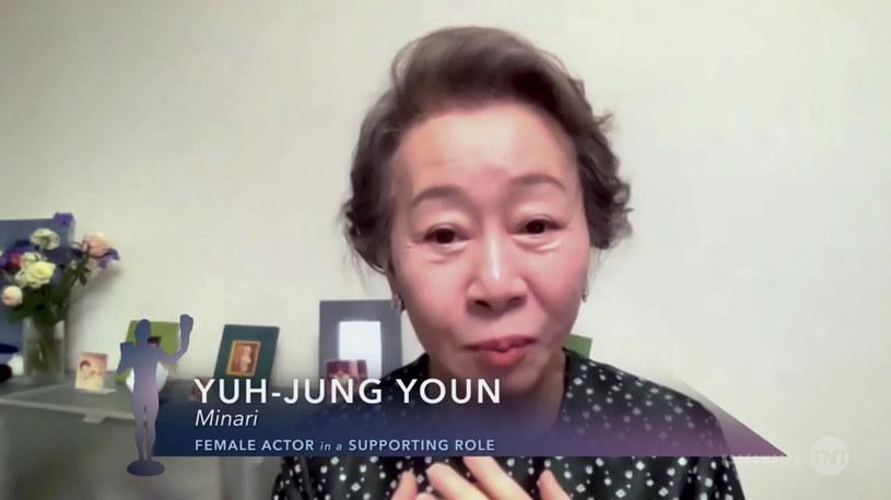 """Jedna z największych gwiazd koreańskiego kina dzięki roli w dramacie """"Minari"""" zyskała międzynarodową sławę. Dostała już za nią nagrodę BAFTA oraz nominację do Oscara. Zapisała się w ten sposób w historii kina, bo jest pierwszą aktorką z Korei Południowej nominowaną do tej nagrody. To wyróżnienie napawa Yuh-Jung Youn radością, ale budzi też stres. Z kolei jej rodzina boi się, że gdy aktorka poleci do USA na ceremonię, może zostać skrzywdzona, bo... jest Azjatką."""