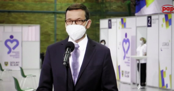 Na przełomie maja i czerwca będzie można odmrażać znaczną część gospodarki - oświadczył w Lubinie premier Mateusz Morawiecki. Zastrzegł, że zależy to od tempa szczepień przeciwko koronawirusowi.