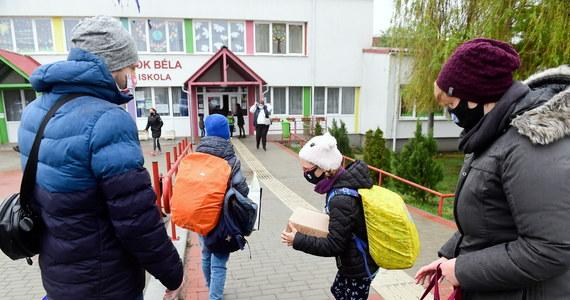 Na Słowacji w ścisłym reżimie sanitarnym mogą działać m.in. sklepy, zakłady usługowe, szkoły, hotele i kościoły. Rząd nie zgodził się na otwarcie restauracji i nie złagodził zasad wjazdu do kraju. Do 28 kwietnia na Słowacji obowiązuje stan wyjątkowy.