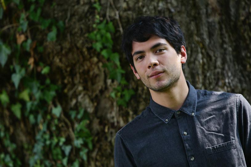 """O pochodzącym z Meksyku Diego Calvie już niedługo będzie głośno. Aktor, który na swoim koncie ma zaledwie kilka ról w lokalnych produkcjach, czeka teraz na rozpoczęcie pracy nad nowym filmem Damiena Chazelle'a (""""La La Land"""") zatytułowanym """"Babylon"""". Jest też w obsadzie trzeciego sezonu serialu Netfliksa """"Narcos: Meksyk"""", w którym wcieli się w rolę Arturo Beltrana-Leyvy."""