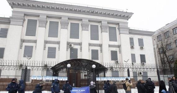 Ukraina uznała w poniedziałek za persona non grata radcę ambasady Rosji w Kijowie, co jest reakcją na zatrzymanie w piątek przez FSB w Petersburgu, a następnie wydalenie z Rosji ukraińskiego konsula Ołeksandra Sosoniuka - poinformowało ukraińskie MSZ.