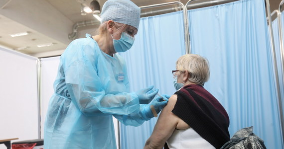 Szef KPRM Michał Dworczyk na specjalnie zwołanej konferencji prasowej przedstawił zmiany w harmonogramie szczepień dotyczące rejestracji kolejnych roczników. Aktualny harmonogram obowiązuje do soboty 24 kwietnia. Od poniedziałku 26 kwietnia rozpocznie się rejestracja dwóch roczników - aż do 7 maja. Między 7 a 9 maja będą mogły rejestrować się dziennie po trzy roczniki.