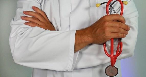 Prawie 200 zaświadczeń potrzebnych do otrzymania zatrudnienia za granicą pobrali lekarze w okręgowych izbach lekarskich w pierwszym kwartale tego roku. To rekord – mówi PAP prezes Naczelnej Rady Lekarskiej (NRL) prof. Andrzej Matyja. Po zakończeniu pandemii polskich pacjentów nie będzie miał kto leczyć - ostrzega.