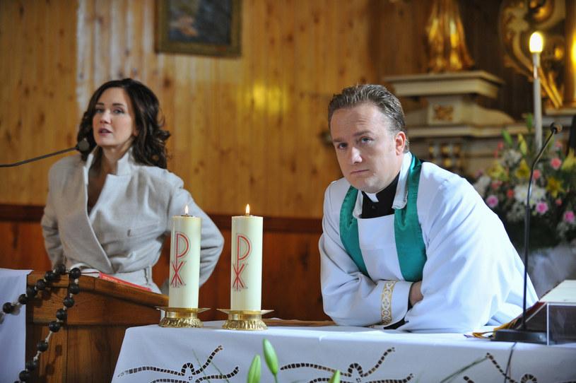 """Za każdym razem, gdy w mediach pojawiają się spekulacje na temat ewentualnej kontynuacji serialu """"Ranczo"""", widzowie są tym szalenie podekscytowani i piszą w komentarzach, jak bardzo brakuje im nowych odcinków ulubionej serii TVP. Jak się okazuje, tęsknią za nią także aktorzy, między innymi Bartłomiej Kasprzykowski."""