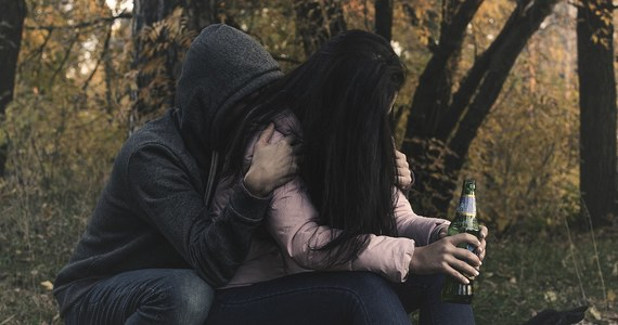 Kilkoro nastolatków mimo obostrzeń zorganizowało zakrapianą imprezę nad rzeką w Chrzanowie (Małopolskie). Jedna z uczestniczek nielegalnej zabawy, 15-latka, miała ponad 3 promile alkoholu we krwi.