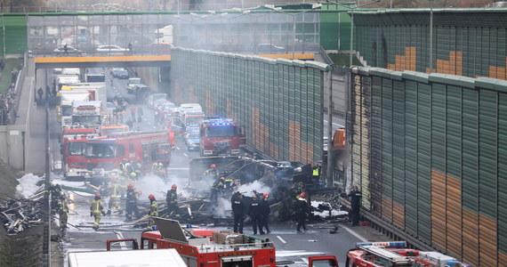 Na S8 na warszawskim Bemowie zapaliła się ciężarówka, przewożąca drewno. Jej kierowca zginął w wypadku. Wcześniej uderzył w barierkę, a następnie w jadące obok bmw. Są też osoby poszkodowane.