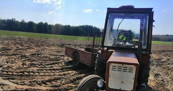 80-letni mężczyzna wypadł z ciągnika rolniczego podczas prac polowych w pow. wyszkowskim (Mazowieckie). Pojazd przejechał po nim dwukrotnie, maszynę zatrzymali dopiero sąsiedzi rolnika. 80-latek trafił do szpitala.