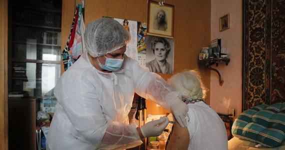 Europejska Agencja Leków stwierdziła, że bardzo rzadkie przypadki zakrzepicy powinny zostać uznane za możliwe skutki uboczne szczepionki Johnson & Johnson. Podkreśliła jednak, że korzyści z jej stosowania przeważają nad ryzkiem.