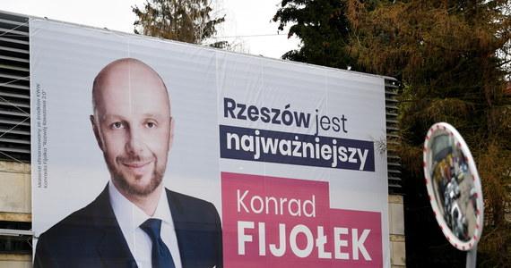 Konrad Fijołek jest jednym z czterech kandydatów, którzy powalczą o fotel prezydenta Rzeszowa w wyborach wyznaczonych na 9 maja. Oprócz niego startują: Ewa Leniart, Marin Warchoł i Grzegorz Braun.